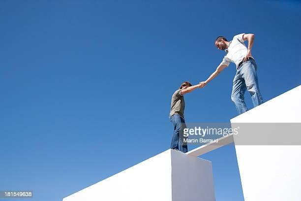 2 人の男性にもオンボード 2 つの壁一面の屋外 - 角度 ストックフォトと画像