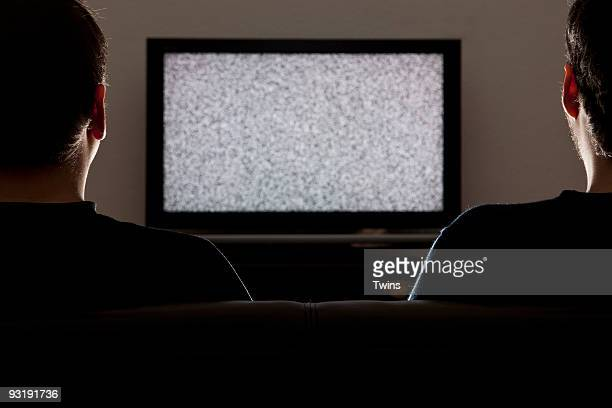 two men watching a static on a television - tela grande - fotografias e filmes do acervo
