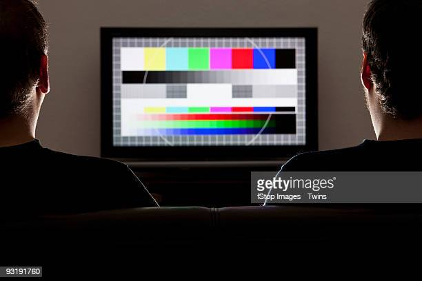 two men watching a test pattern on a television - tela grande - fotografias e filmes do acervo