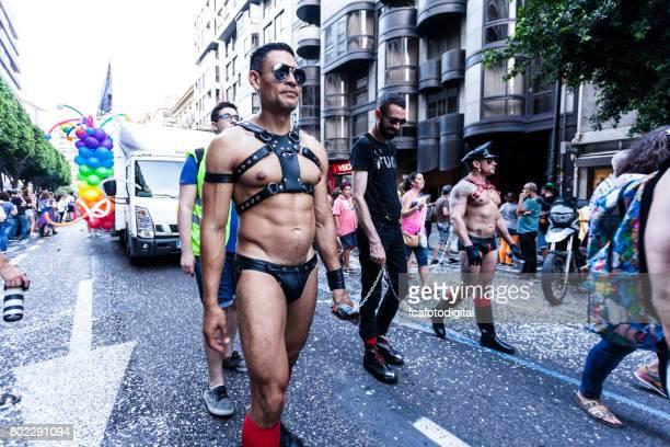 zwei männer mit fetisch tragen während der parade der gay-pride in valencia-spanien - fetisch stock-fotos und bilder