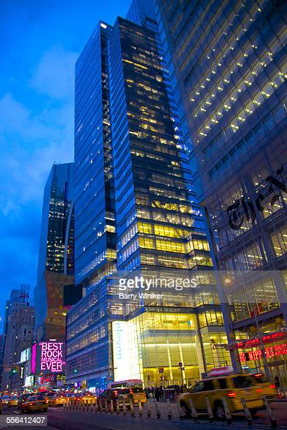 two midtown nyc skyscrapers at dusk - 国際法 ストックフォトと画像