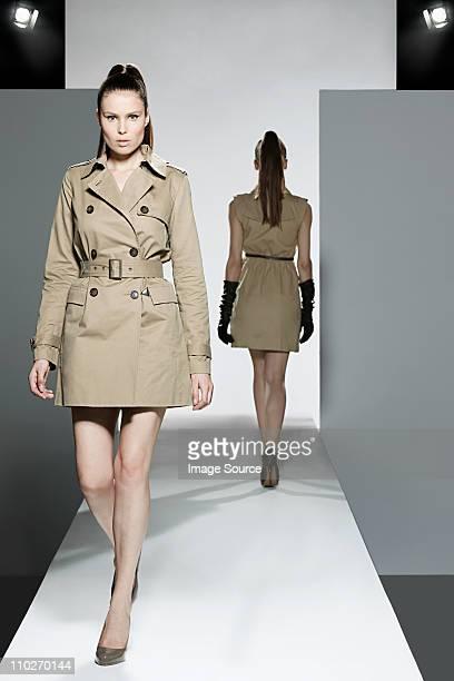 deux modèles sur le podium de défilé de mode - défilé mode photos et images de collection