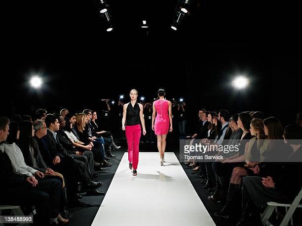 two models on catwalk during fashion show - défilé photos et images de collection
