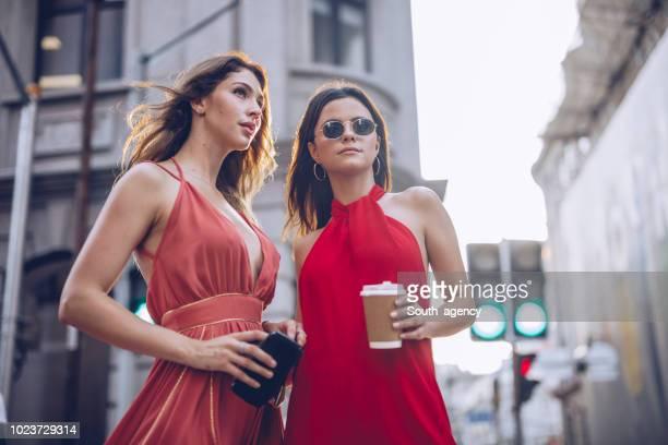 dos mujeres modernas - red dress fotografías e imágenes de stock