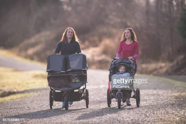 ベビーカーの子供を押す 2 つママ