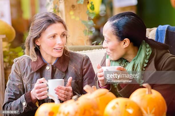 Deux mères en prenant une pause pendant votre activité pour la fête d'Halloween