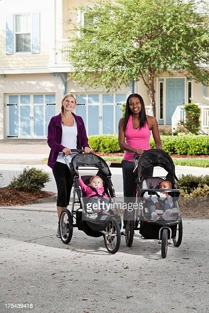 2 つの母親と赤ちゃんにベビーカー