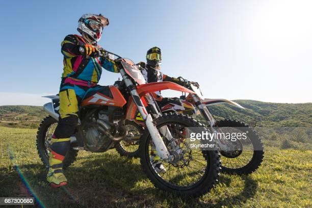 dois pilotos de motocross em suas bicicletas na natureza. - motocross - fotografias e filmes do acervo