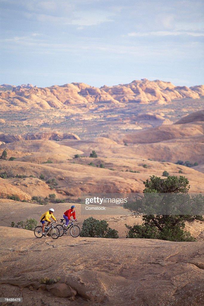 Two mountain bikers on Slickrock Trail , Moab , Utah : Stockfoto
