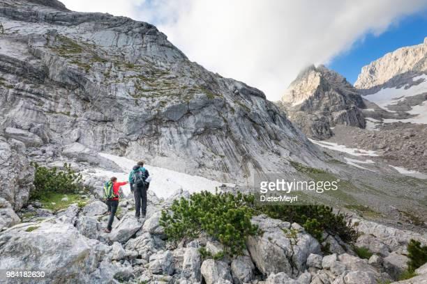 zwei bergsteiger im nationalpark berchtesgaden, mount hochkalter - oberbayern stock-fotos und bilder
