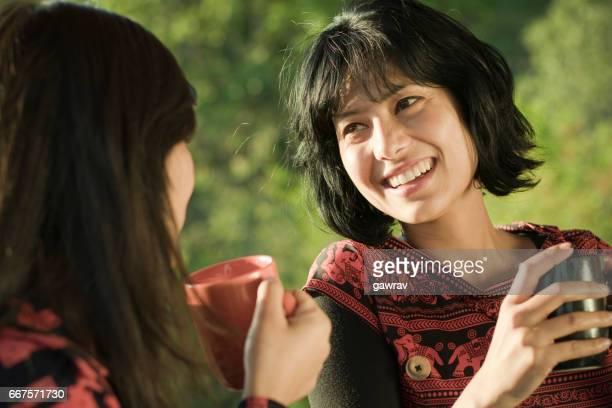 Zwei multiethnischen glücklich Freunde Klatsch mit Kaffee zu genießen.