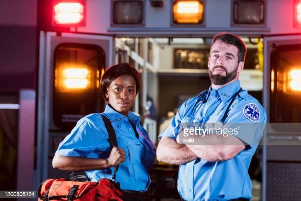 救急車を持つ2人の多民族救急救命士 - 救急救命士 ストックフォトと画像