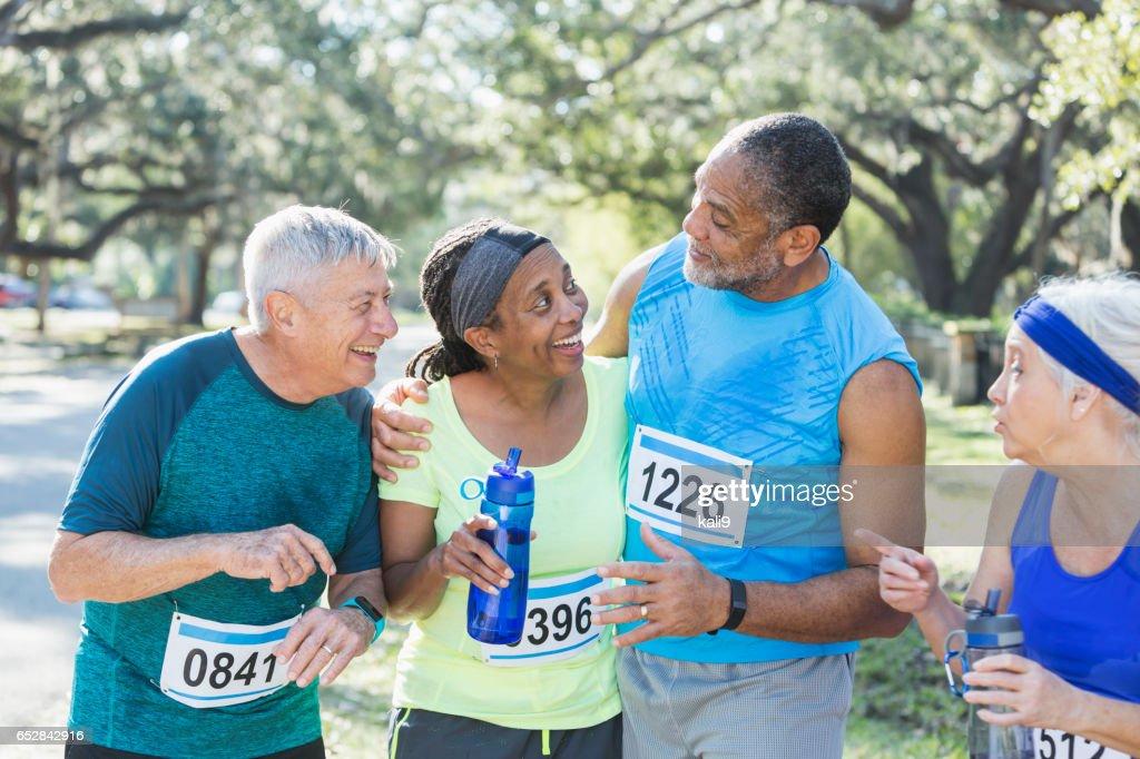 Zwei multi-ethnischen ältere Ehepaare am Ende des Rennens : Stock-Foto