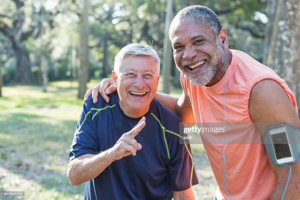Twee multi-etnische senior mannen exercsing in het park : Stockfoto
