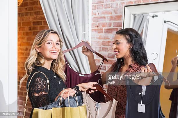 Zwei multi-ethnischen Frauen shopping für Kleidung im store