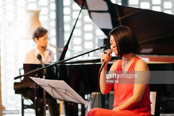 ライブ イベント中に実行する 2 つのミュージシャン