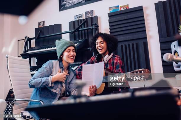 dois músicos escreveram uma nova música - compositor de música - fotografias e filmes do acervo