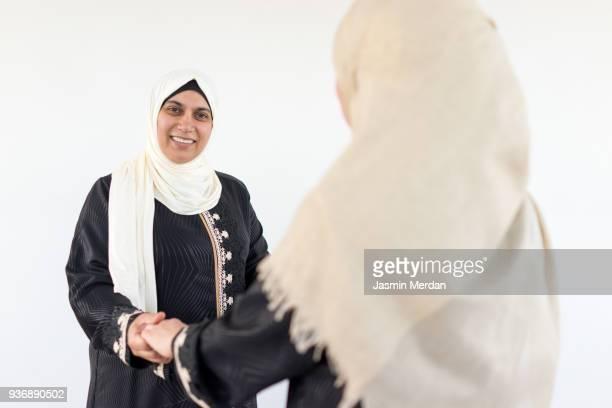two muslim women - 宗教的なベール ストックフォトと画像