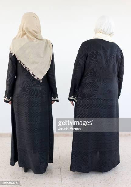two muslim women - vestimenta religiosa - fotografias e filmes do acervo