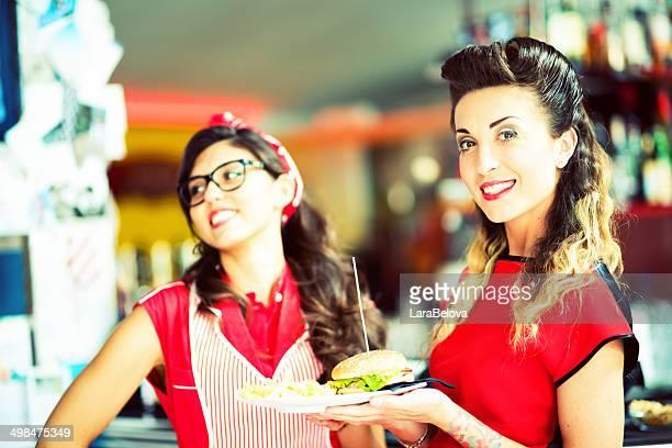 Zwei schöne Die Bedienungen im pub