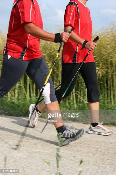 Zwei nordic walkers