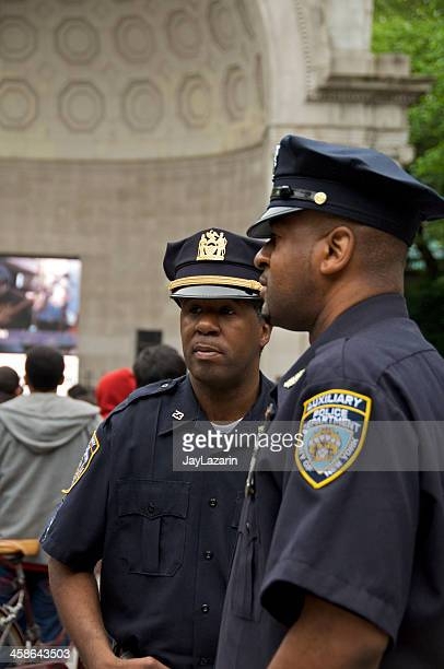 dois nypd auxiliar agentes de polícia no central park, nova iorque - uniform cap imagens e fotografias de stock