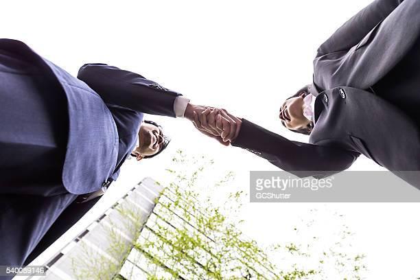 Oficina de dos ejecutivos Dando la mano de un acuerdo.