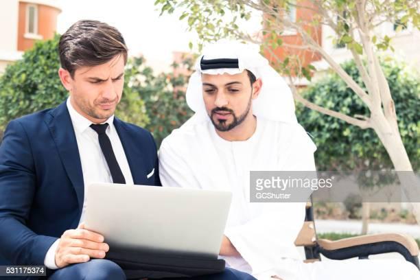 Deux hommes d'affaires travaillant sur le bureau de l'emplacement en plein air