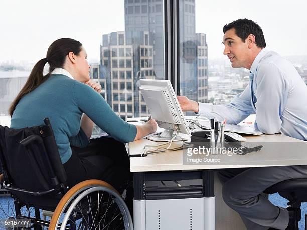 Deux employés de bureau dans une réunion