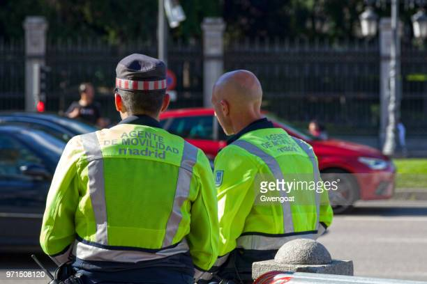 deux officiers de la police de mobil de madrid - gwengoat photos et images de collection