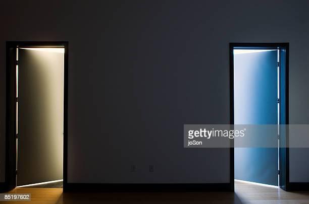 two open doors, bathroom and closet, night - concepts et thèmes photos et images de collection