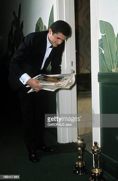 Two Oscars For The Film 'Un Homme Et Une Femme' By Claude Lelouch Los Angeles avril 1967 A l'occasion de la cérémonie de remise des Oscars devant la...