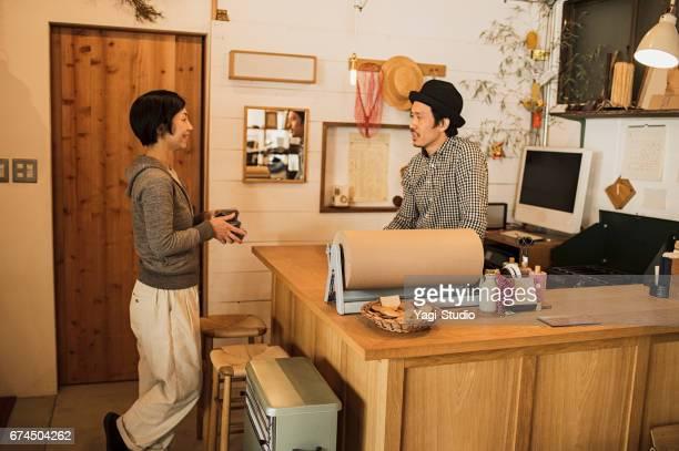 一般的な店で一緒に働く 2 つの所有者。