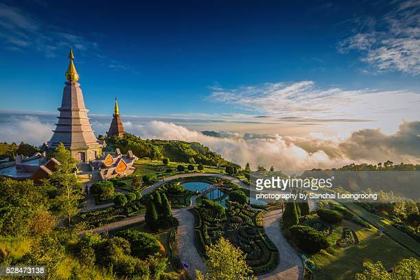 two pagoda on the top of inthanon mountain. - provincia di chiang mai foto e immagini stock