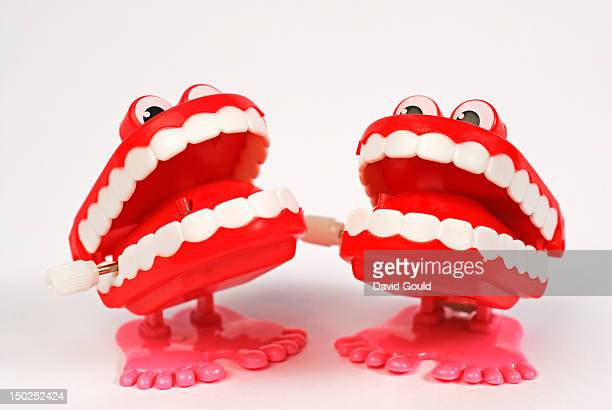 two pairs of novelty chatter teeth - dentadura de brinquedo - fotografias e filmes do acervo