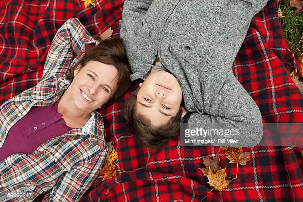 2 名様まで、女性や子供に横たわるレッドのタータン
