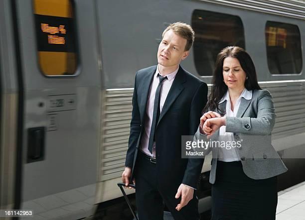 two people by the train - bahnreisender stock-fotos und bilder
