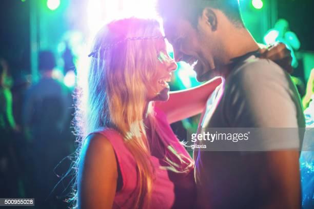 two people dancing at concert. - fluorescerende stockfoto's en -beelden