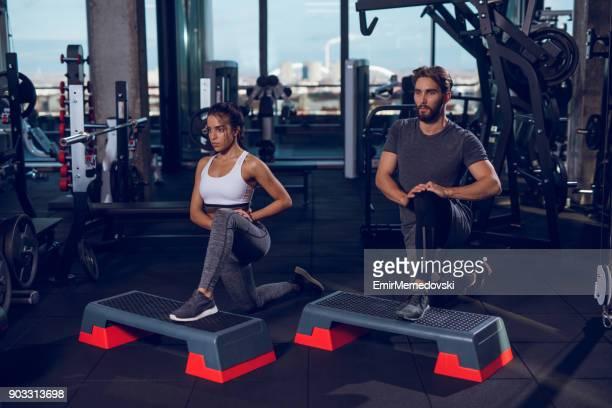 Deux personnes faisant des mouvements brusques sur le matériel d'aérobic step