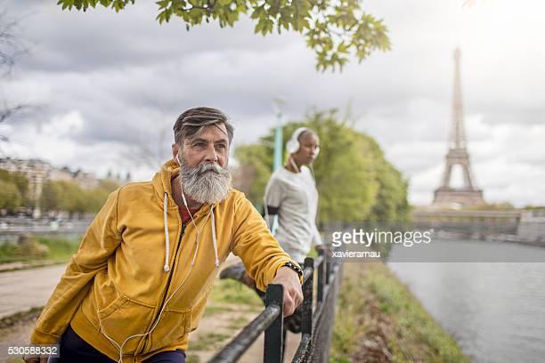 Deux personnes, faire du sport le matin à Paris