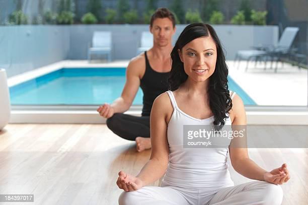Deux personnes, faire du yoga dans un club de remise en forme
