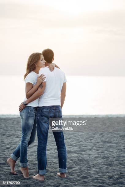 Zwei Personen, umarmen einander