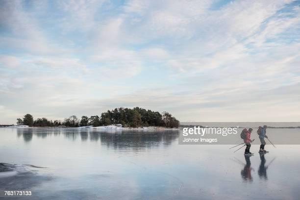 two people ice-skating - schaats ijs stockfoto's en -beelden