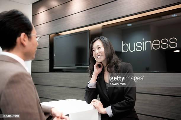 2 つのビジネスの人々のレセプション