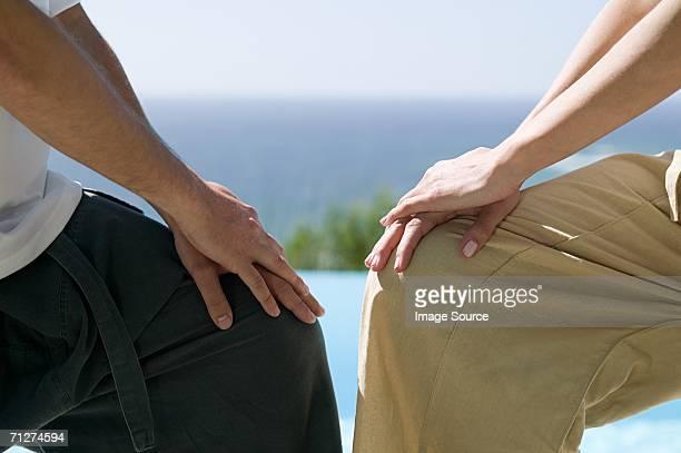 Duas pessoas em posições de ioga