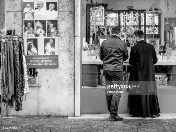 ブラック & ホワイトローマ - 聖職服 ストックフォトと画像