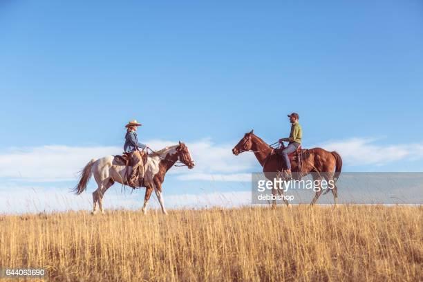 zwei personen auf reiten aufeinander - istock stock-fotos und bilder