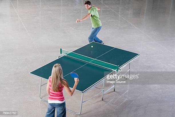 Deux personnes jouant tennis de table