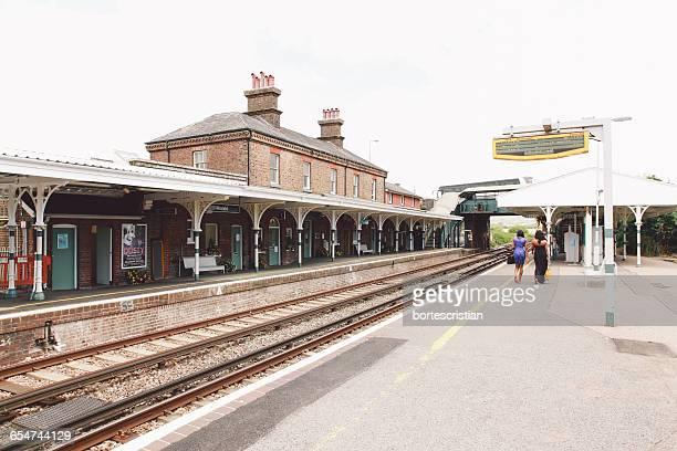two people walking on railway station platform - bortes imagens e fotografias de stock