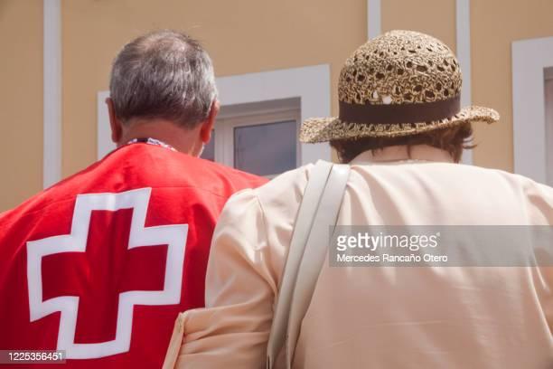 シマウマの交差点を歩く2人、先輩女性。 - 赤十字社 ストックフォトと画像
